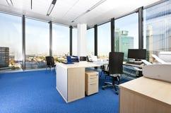 Modernes Geschäftslokal mit panoramischem Stadtbild Stockbilder