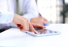 Modernes Geschäftsteam unter Verwendung der Tablette Lizenzfreies Stockfoto