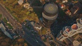 Modernes Geschäftszentrum mit Hubschrauber-Landeplatz 4K UHD Antennengesamtlänge stock video
