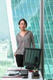 Modernes Geschäftsfrau oinside das Bürogebäude Stockfoto