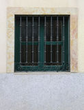 Modernes geschlossenes Fenster mit Weinlesestangen auf klarer Wand, vertikales O Stockfoto