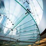 Modernes gewundenes Glastreppenhaus stockbilder