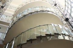 Modernes gewundenes Glastreppenhaus Lizenzfreie Stockfotos