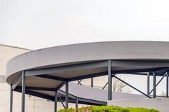 Modernes gewundenes Parkhaus in Northampton Großbritannien lizenzfreie stockfotos