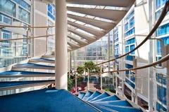 Modernes gewundenes Treppenhaus Stockfotos