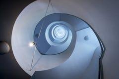 Modernes gewundenes Treppenhaus, Ansicht von unten Lizenzfreie Stockfotos