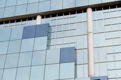 Modernes Glas und Gebäudedetail mit konkreter Säule Lizenzfreies Stockbild