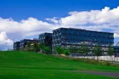 Modernes Glas- und Stahlgebäude Stockfotos