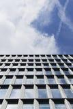 Modernes Glas- und Stahlgebäude gegen Himmel Stockbild