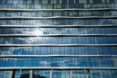 Modernes Glasbürogebäude an der Sonne lizenzfreies stockbild