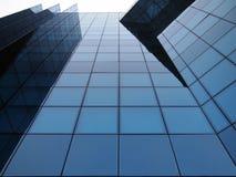 Modernes Glasgebäude, das auf dem Himmel steigt Stockfotos