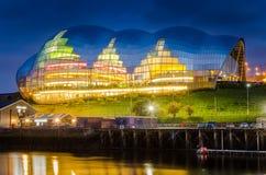 Modernes Glasgebäude nachts lizenzfreie stockfotografie