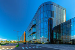 Modernes Glasgeschäfts-Gebäude Stockbild