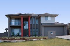 Modernes graues Haus mit roten Pfosten Stockfoto