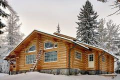 Modernes hölzernes handgemachtes Klotz Ferienheim während des Winters Stockfotografie