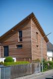Modernes hölzernes Haus in Deutschland Stockfotografie