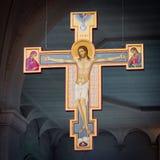 Modernes hölzernes Kruzifix, das im zentralen Kirchenschiff der Abtei hängt Lizenzfreies Stockbild