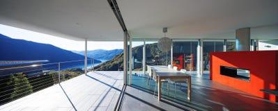 Modernes Haus, Ansicht vom Balkon stockfotos
