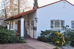 Modernes Haus außen mit metallischem Gatter Lizenzfreie Stockfotografie