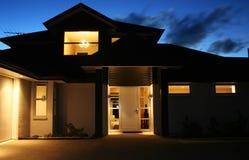 Modernes Haus außen nachts 2 Stockbild
