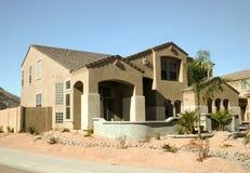 Modernes Haus in der Wüste Stockbild