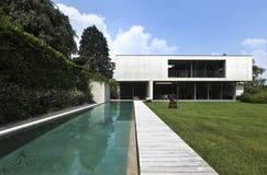 Modernes Haus draußen stockbilder