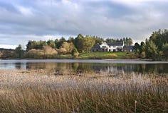 Modernes Haus durch den See in Großbritannien. Lizenzfreie Stockbilder