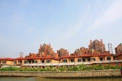 Modernes Haus entlang dem Fluss in Suzhou-Stadt, China im Jahre 2009 Apri Stockbilder