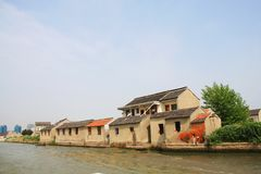 Modernes Haus entlang dem Fluss in Suzhou-Stadt, China im Jahre 2009 Apri Stockfotos