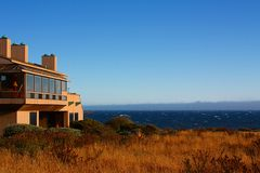 Modernes Haus mit Ansicht über den Ozean stockbild