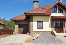 Modernes Haus mit dem Dachbodenoberlichtfenster, Bau überdachend, lizenzfreies stockbild