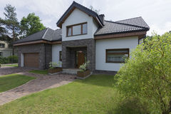 Modernes Haus mit dem Garten Stockbilder
