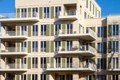 Modernes Haus mit Eigentumswohnung und balconys Stockbilder