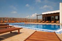 Modernes Haus mit Swimmingpool - Lebensstil concep Stockbild