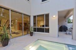 Modernes Haus mit Wohnzimmer und Hinterhof lizenzfreies stockbild