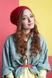 Modernes Hippie-Mädchen im Hut Lizenzfreie Stockfotografie