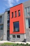 Modernes holländisches Haus mit roter Fassade in Leiden Stockbilder