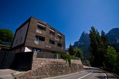 Modernes Holzhaus in den italienischen Alpen Stockbild