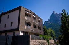 Modernes Holzhaus in den italienischen Alpen Stockfotos