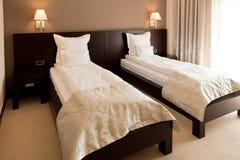 Modernes Hotelschlafzimmer Stockbilder