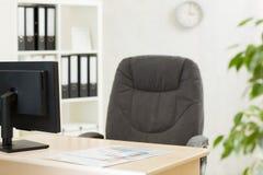 Modernes Innenbüro Arbeitsplatz mit Computer im Büro Stockfotos