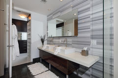 Modernes Innenbadezimmer Stockfoto