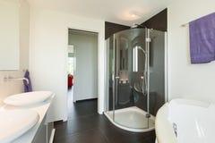 Modernes Innenhaus, Badezimmer Lizenzfreies Stockfoto