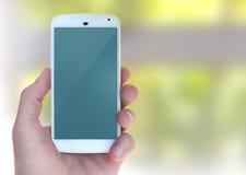 Modernes intelligentes Mobiltelefon in der männlichen Hand Stockfotos