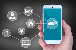 Modernes intelligentes Mobiltelefon schloss an drahtlose Automatisierung apps an lizenzfreies stockbild