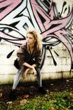 Modernes jugendlich durch Graffiti Wall Stockfotografie
