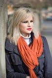 Modernes junges blondes draußen. Lizenzfreie Stockfotografie