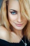 Modernes junges blondes Mädchen mit den blauen Augen, die Kamera a betrachten Lizenzfreie Stockbilder