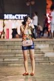 Modernes junges Mädchen, das einen Telefonanruf, Kunming, China macht Stockfotografie