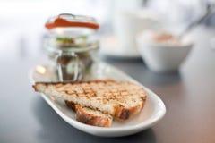 Modernes Küchefrühstück diente in einem kleinen Einmachglas Stockfotos